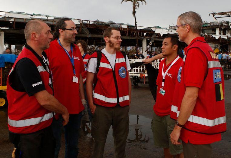 Hulpverleners uit België arriveren in Tacloban. Beeld reuters