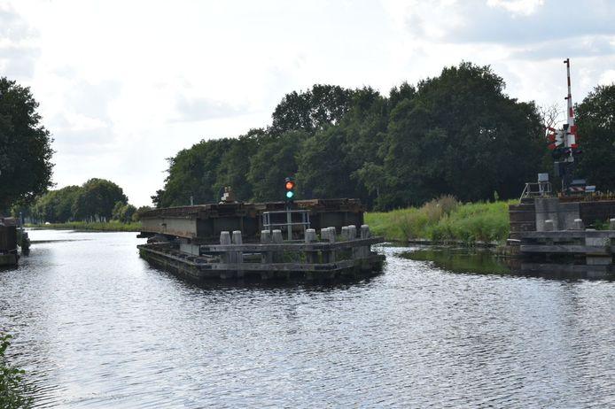 Spoorbrug Meppel ter hoogte van Nijeveen is door een mankement weer eens gesloten: treinreizigers tussen Zwolle en Leeuwarden lopen vertraging op.