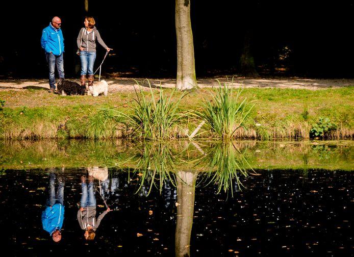 Wandelaars op Landgoed Groeneveld op een zonnige herfstdag.
