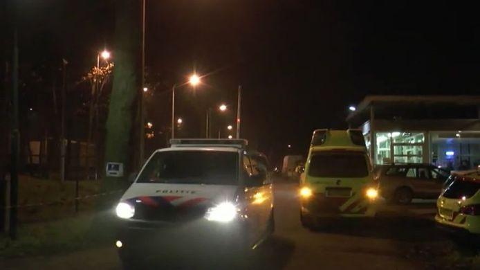 Politie en ambulance in actie bij de vechtpartij op het terrein van azc Overloon.