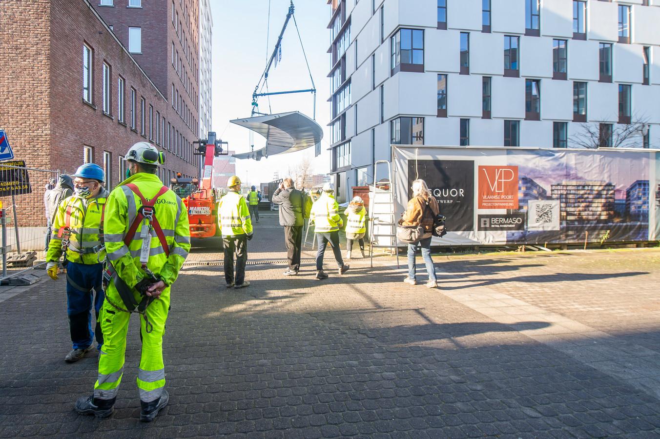 Vanaf vandaag worden de verschillende brugelementen van de fietshelling aan de Parkbrug naar hun definitieve locatie in Antwerpen gebracht. De ingebruikname van de fietshelling is gepland voor mei 2021.