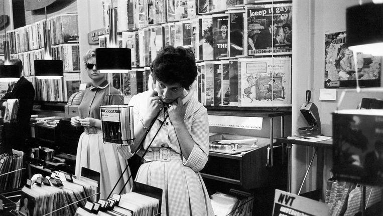 Een vrouw in een platenzaak in Kopenhagen Beeld Getty Images