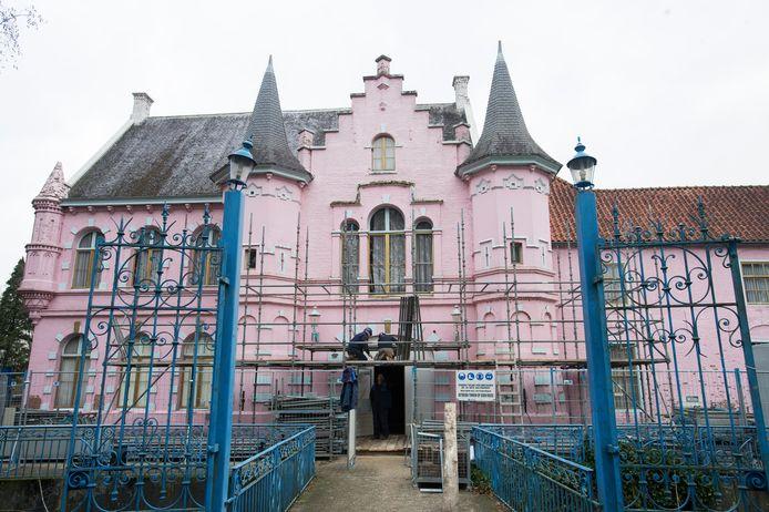 Het Roze Kasteel, tegenwoordig Kasteel Steenenburg, in Drunen in de steigers. De restauratie die gisteren officieel startte moet in september zijn afgerond.