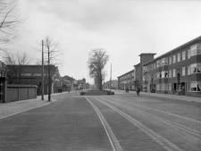 De tramsporen liggen er in 1939 nog, tussen de voormalige Vondelkade en de Croeselaan