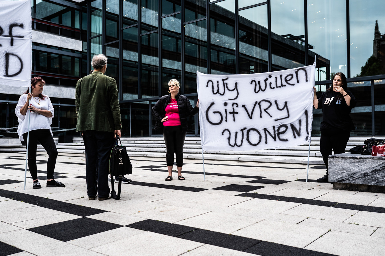 De teksten op de spandoeken bij het gemeentehuis spreken voor zich.