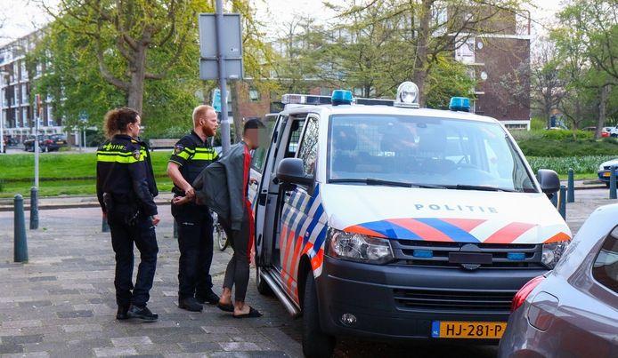 Een minderjarige verdachte moet mee met de politie.