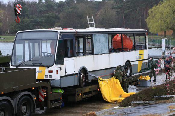 De bus werd ter plaatse gebracht door het leger.