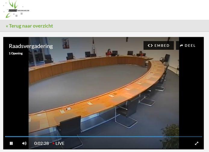 Beeld van de eerste online raadsvergadering van Bernheze op 16 april. Met alleen  burgemeester Moorman en de griffier in de raadszaal.