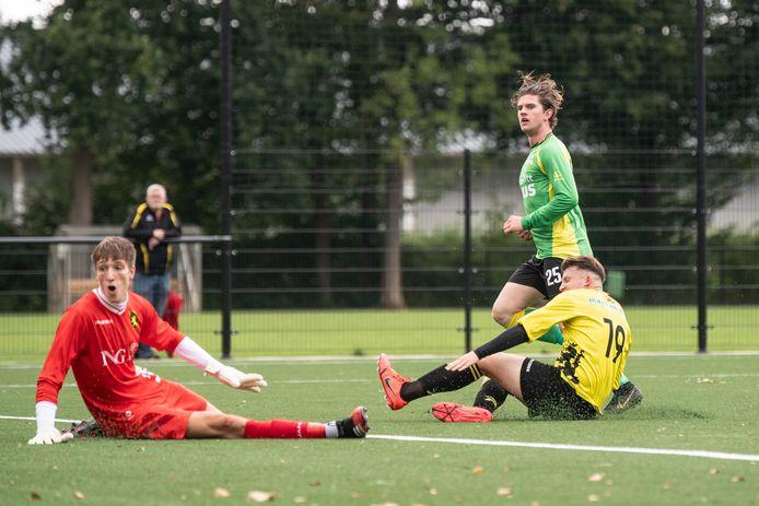 Roy Nijenhuis van BVC scoort in de eerste bekerronde de 2-0 tegen Leones.