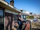 Zanger Wim elke week met zijn piano op het balkon om voor buurtgenoten te zingen