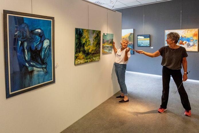 Galeriehoudster Sigrid Rhemrev-Bontenbal (rechts) van De Ruimte bij het inrichten van een recente expositie (archieffoto)