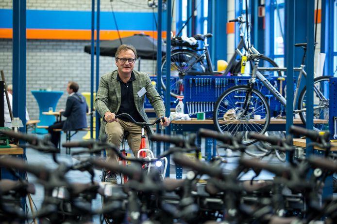 Jan Boersma, directeur van Zilt-Bikes fietst op één van de fietsen voor HTM door zijn werkhal aan de Industrieweg.