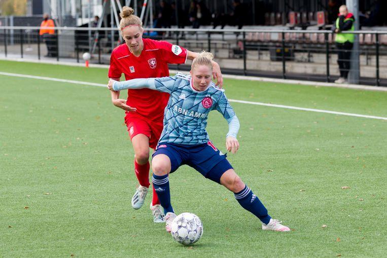 Lysanne van der Wal van FC Twente in duel met Linda Bakker van Ajax. Beeld BSR Agency