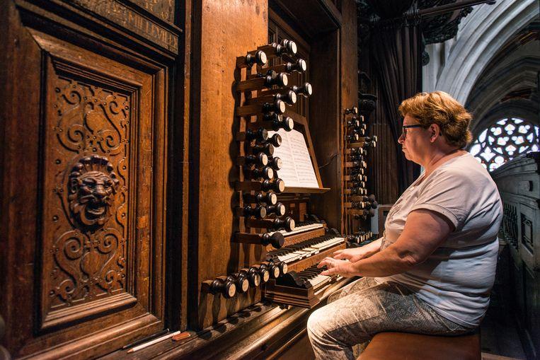 Organist Véronique van den Engh aan de speeltafel in de kathedraal van Den Bosch.   Beeld Eva Faché