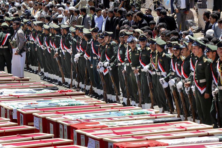 Houthi's rouwen om de slachtoffers van de aanslagen op de moskeeën in Sanaa Beeld ap