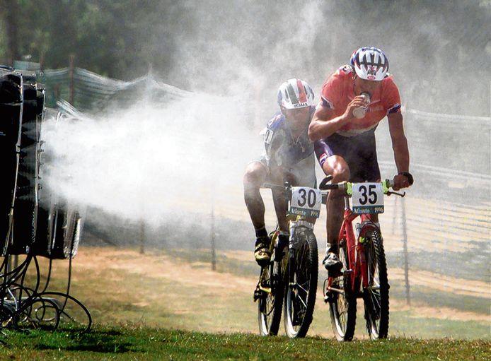 Grote ventilatoren blazen nevel over het parcours van de mountainbike-race, die Bart Brentjens won in 1996. Achter hem de Italiaan Luca Bramati.