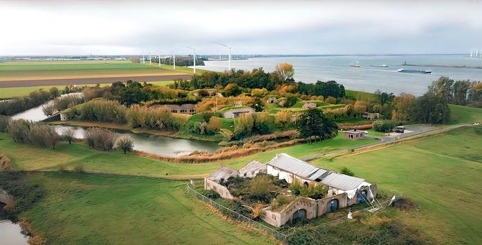De vervallen botenloods van Fort Sabina vanuit de lucht gezien.