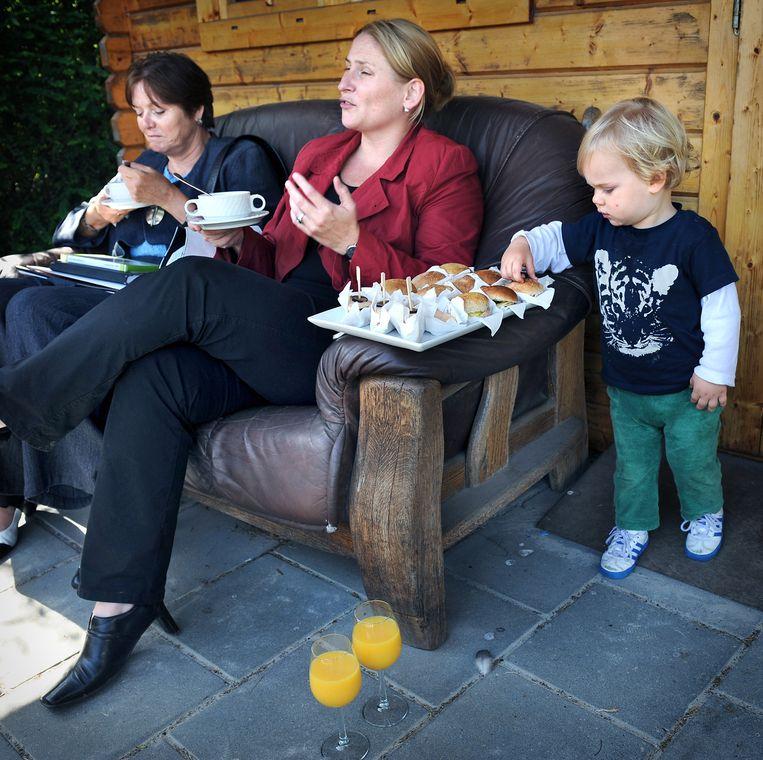 Toenmalig minister voor Wonen, Wijken en Integratie Ella Vogelaar (l) op werkbezoek in de Vogelaarwijk Doornakkers in Eindhoven. (2008) Beeld Marcel van den Bergh / de Volkskrant
