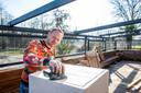 Eigenaar Martin Kalkhoven is aan het schuren op het gesloten terras van Wet 'n Wild.