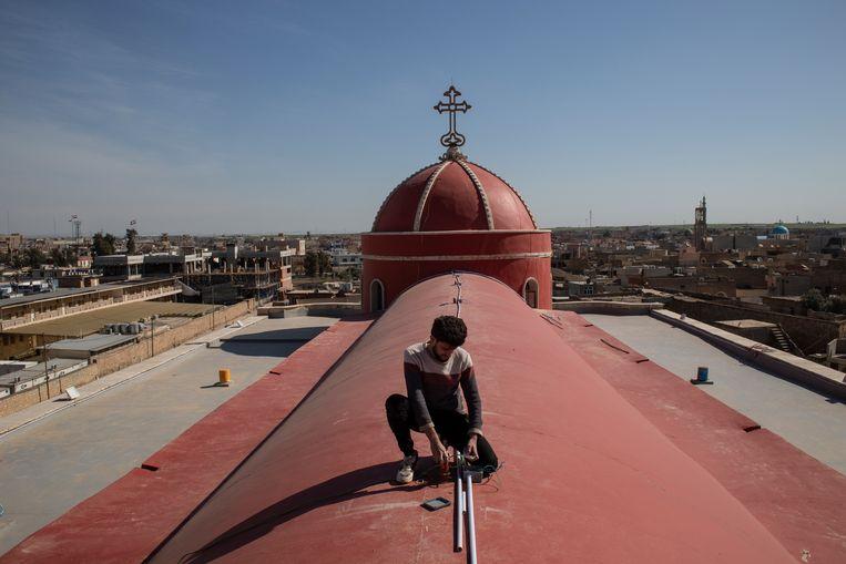 De laatste voorbereidingen worden getroffen bij de Al-Tahira-kerk in de buurt van Mosul die de paus zal bezoeken. Beeld Getty