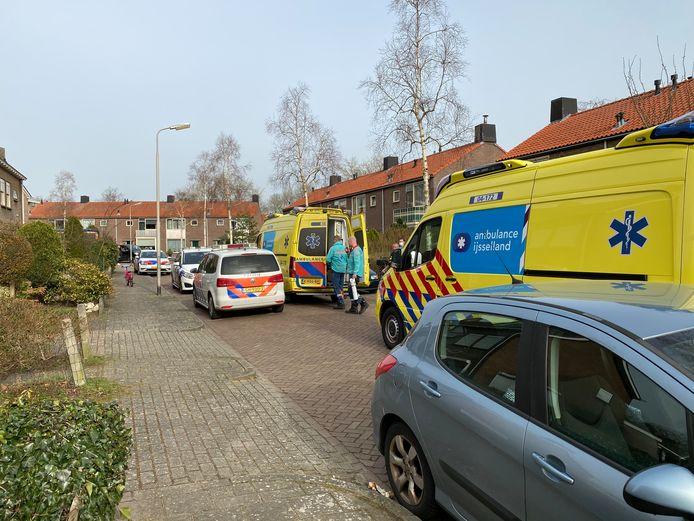 In de Willem Kloosstraat in Deventer is een kind uit een raam gevallen.