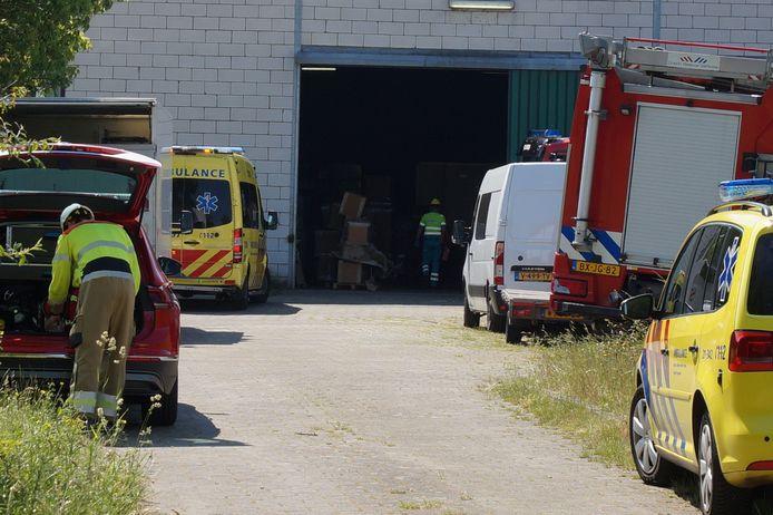 Een man is donderdagochtend onder een stellage terechtgekomen bij een bedrijf aan de Vijfhoevenlaan in Vlijmen.