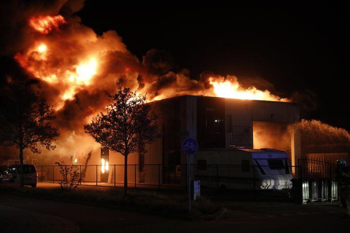 De loods zal vrijdag verder uit elkaar gehaald worden, zodat brandweerlieden na kunnen blussen.
