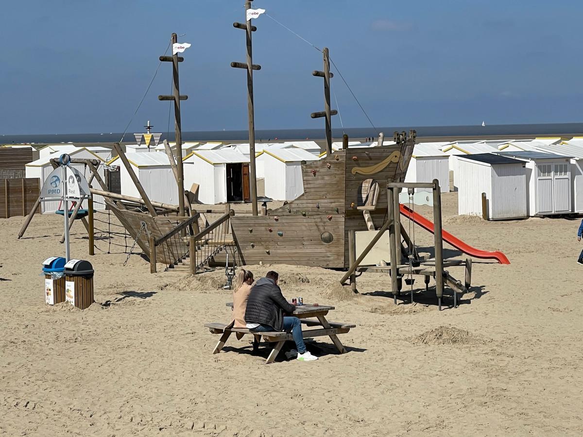 Picknicken of even uitrusten kan in Zeebrugge aan houten tafels.