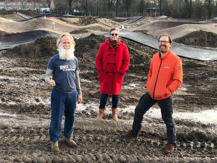 Laurens Dingen, Emelie de Vaan en Michiel Geurds met op de achtergrond de reeds geasfalteerde BMX-baan