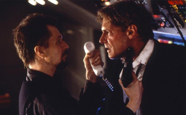 Gary Oldman (links) en Harrison Ford in Air Force One Beeld geen