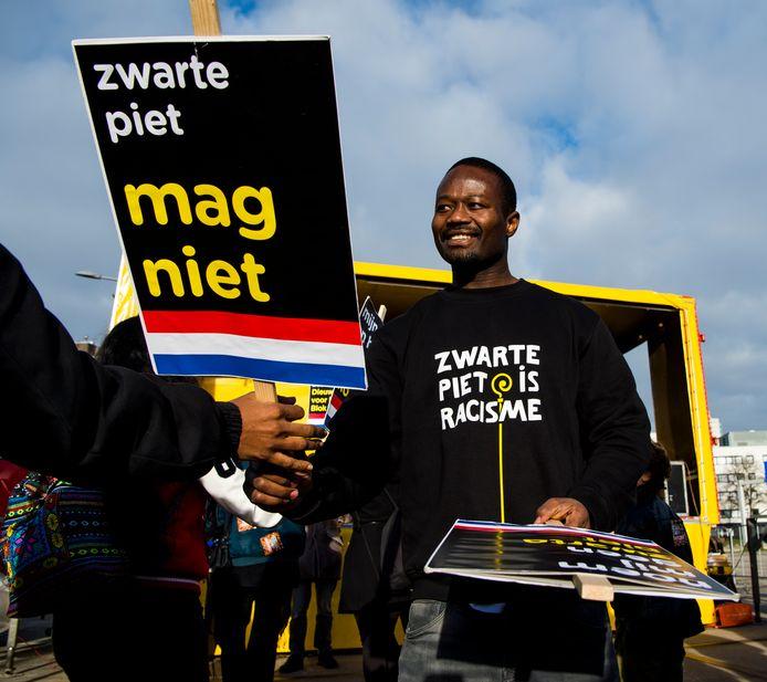 Demonstratie Kick Out Zwarte Piet bij het Grote Feest van Sinterklaas in Ahoy in Rotterdam.