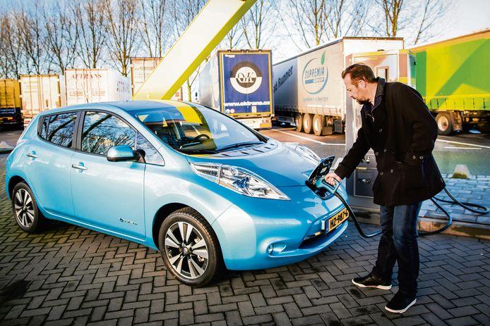 Elektrisch rijden betekende  jarenlang een Nissan Leaf (hier op de foto) of een Tesla leasen. Nu is er keuze in overvloed en de prijzen dalen.