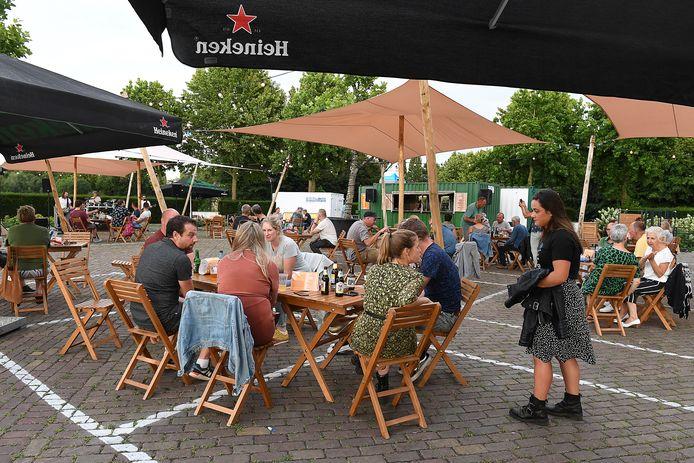 Tafels en stoelen in 'coronavakken' op het terras bij Aldendriel. Vanaf maandag niet meer.