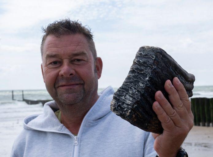 Ruben van den Driest met de kies van de bosolifant die ooit op Zeeuwse bodem rondstruinde