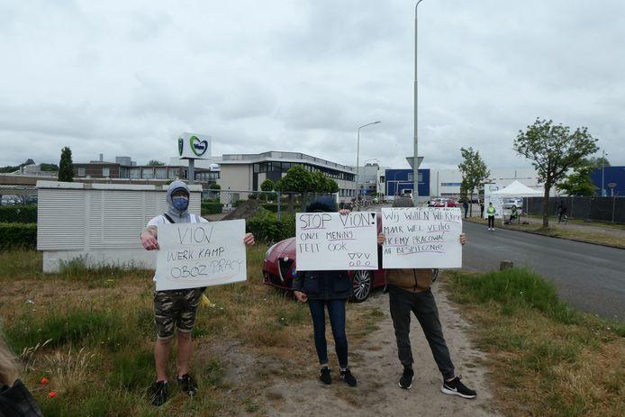 Eerder deze maand protesteerden Poolse demonstranten bij de poort van slachterij Vion in Boxtel. Ze willen betere werkomstandigheden vanwege het coronavirus.