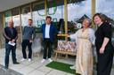 Burgemeester Kurt Ryon en schepenen Geert Laureys en Jelle Mombaerts kwamen de winkel officieel openen.
