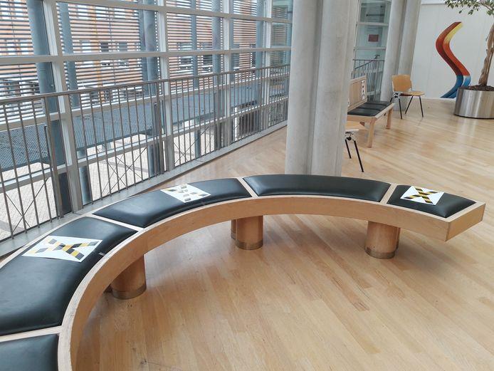 In het Paleis van Justitie zijn maatregelen genomen volgens de RIVM-richtlijnen. Ook in de hal is een beperkt aantal zitplaatsen beschikbaar.