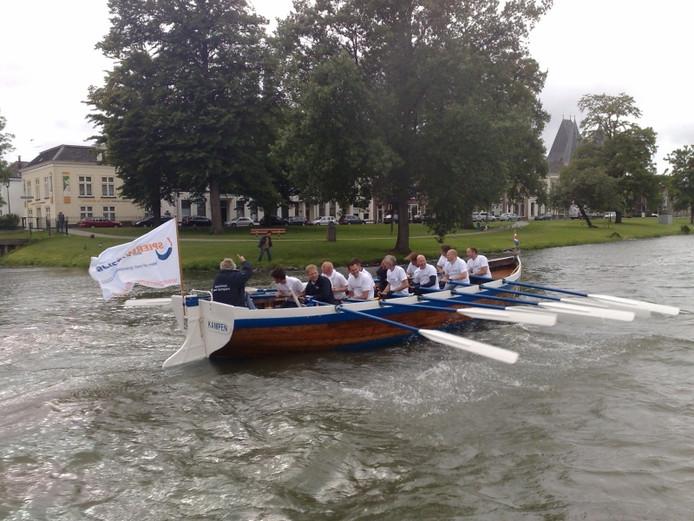 De roeiers van de roeisloep Stad Kampen hebben et gered. Foto Henriet Dijk