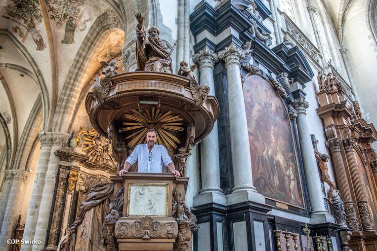 Acteur Peter Van De Velde op de preekstoel in de Sint-Martinuskerk.