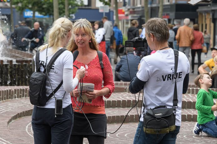 Een tiental leden van Facebookgroep De Vrije Tukkers verzamelde zich zaterdag op het Ei van Ko voor een georganiseerde tegengeluid tegen de 1,5 meter samenleving.