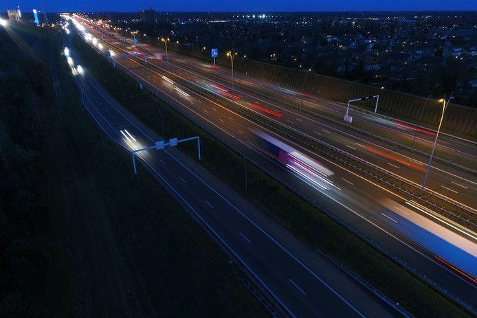 Afslag 33 van de Randweg Eindhoven naar Aalst is een van de plekken die al jaren in het duister gehuld is.