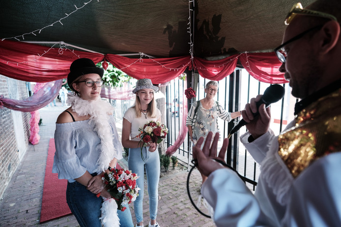 Desiree (links) en Emma ondertekenen de oorkonde in de Las Vegas 'weddingchapel' nadat zij hun eeuwigdurende vriendschap hebben uitgesproken.