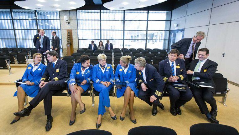 KLM-personeel volgt een Kamerdebat over de luchtvaartmaatschappij, eerder dit jaar. Beeld ANP