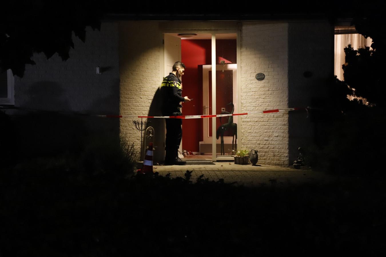 Politie bij de woning in Overloon waar een 16-jarige inbreker de 76-jarige bewoner heeft mishandeld.