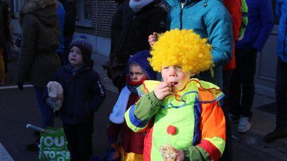 Koud, máár zonnig: carnavalsstoet heeft het nodige bekijks