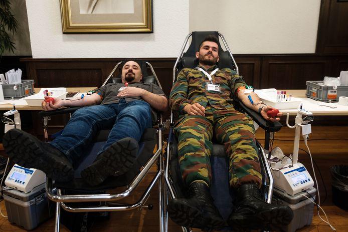 Soldaten geven bloed aan het Rode Kruis.