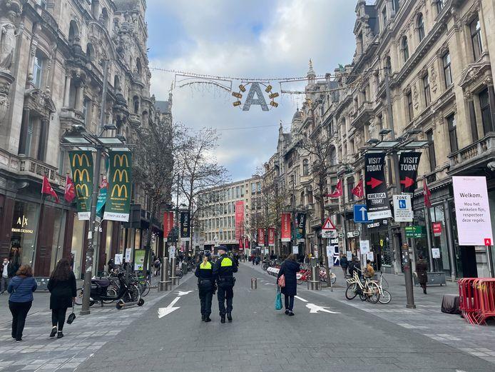 De Meir in Antwerpen op zaterdagmiddag: de politie houdt alles nauwlettend in de gaten.