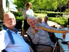 Koelsjaal helpt ouderen hitte te bestrijden: 'Echt, dit is nou lekker fris'