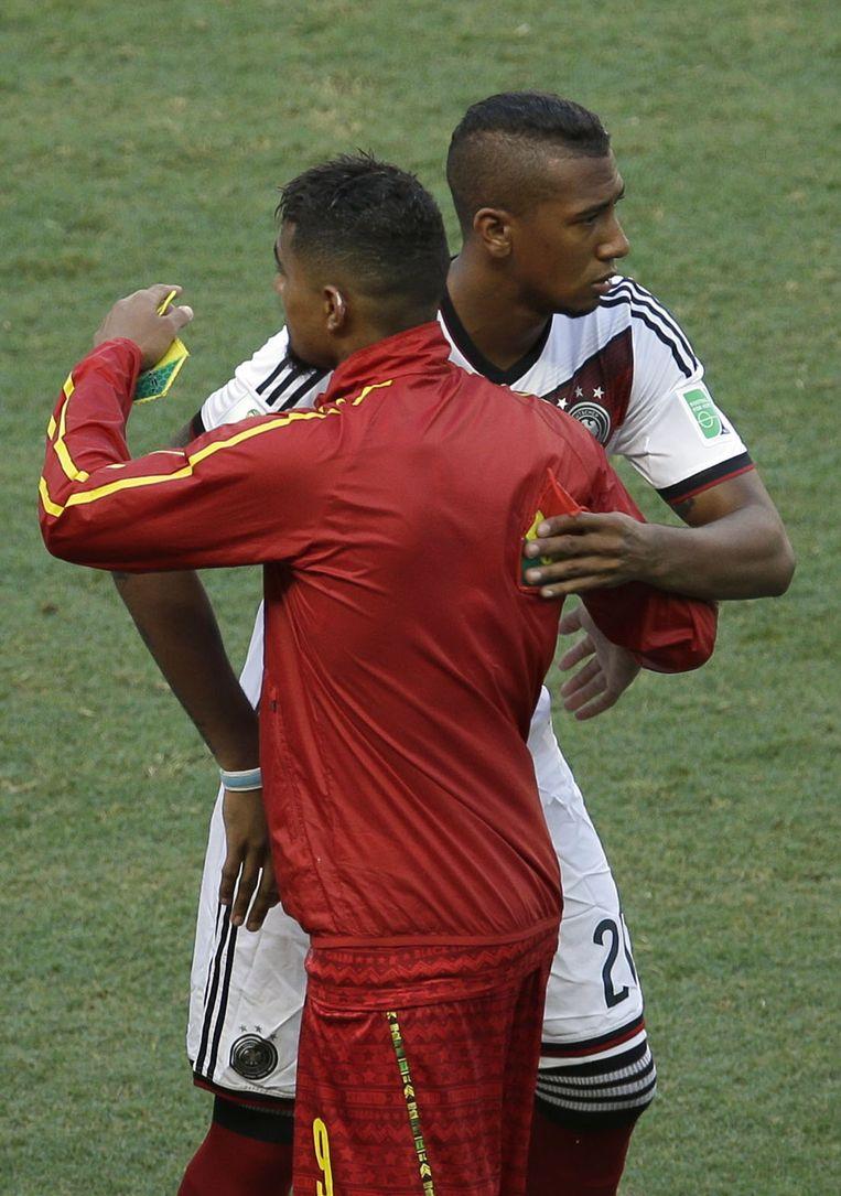 Halfbroers Kevin-Prince (rood) en Jerome Boateng speelden vanavond net als tijdens het WK in 2010 tegen elkaar, met Duitsland en Jérôme Boateng toen als winnaar (1-0). De twee halfbroers werden vandaag vrij snel gewisseld. Beeld AP