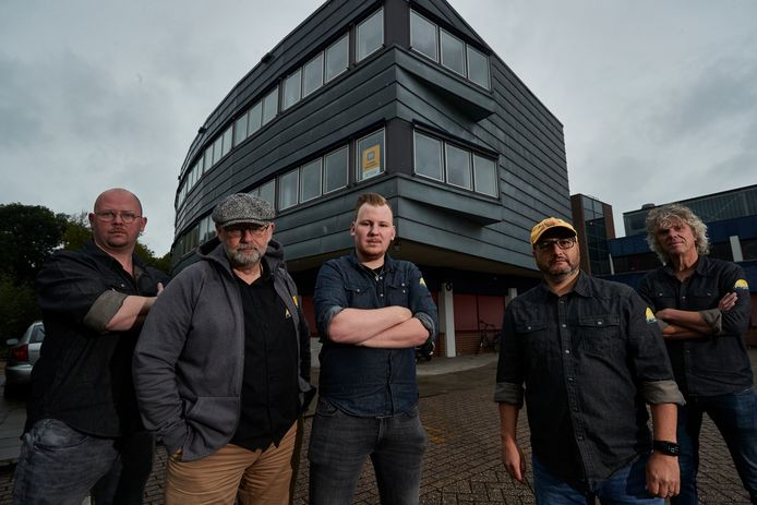 De helft van de Popcollege-docenten voor het huidige pand op De Stoven. Van links naar rechts Berry Vink, Rob Geerts, Luuk Nengerman (tevens directeur), Eric van den Hoogenband en Han Neijenhuis.
